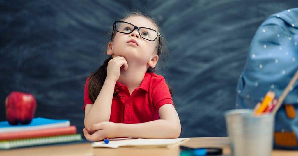 bambino che studia con il metodo clil